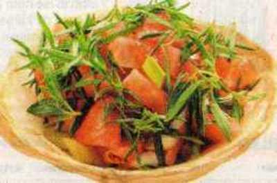 Yağlı Hamur Çanağında Domates Salatası
