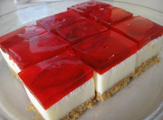 Yoğurtlu Jöleli Pasta Tarifi